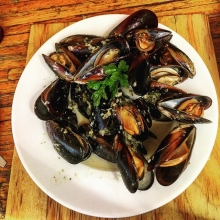 Before my second slurp Of these delicious plump black mussels in a Thai Style broth I remembered to click! They're freshest now, in autumn 🍂 #seafood #food #delicious #deliciousfood #thaifood #maricha360 #autumn #luncheon #bistro #brewery #brew #herman